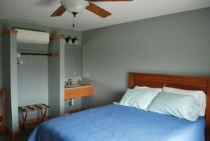 Queen size bed, second vanity
